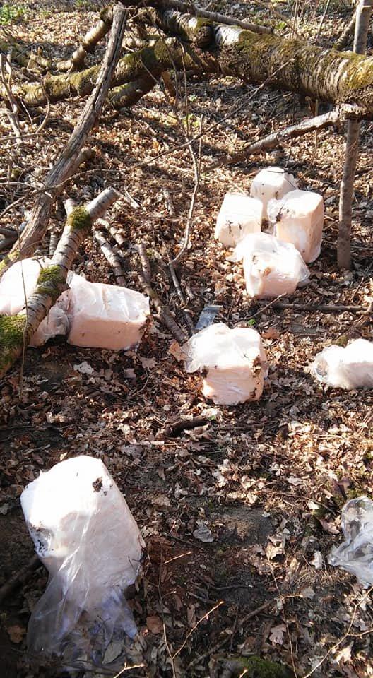 """""""Це гріх і неподобство"""": біля тернопільського меморіалу воїнам УПА невідомі порозкидали шматки сала (ФОТО), фото-2"""