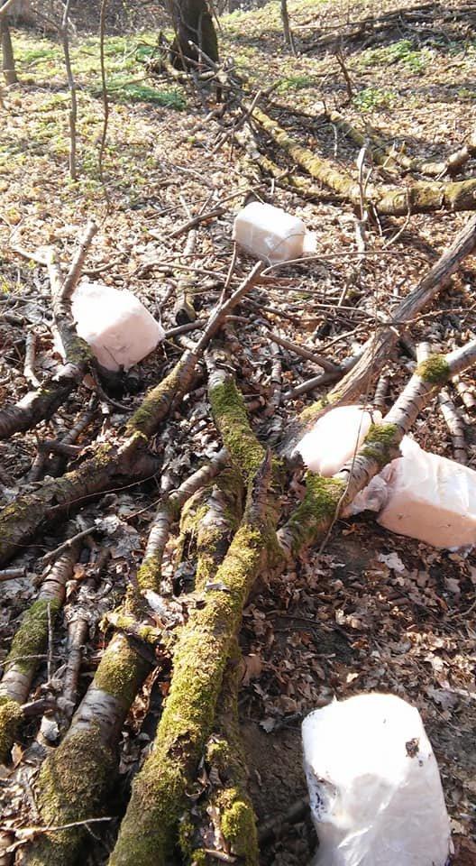 """""""Це гріх і неподобство"""": біля тернопільського меморіалу воїнам УПА невідомі порозкидали шматки сала (ФОТО), фото-4"""