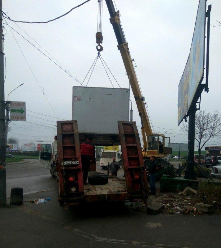 У Тернополі на просп. Степана Бандери демонтують кіоски, фото-1