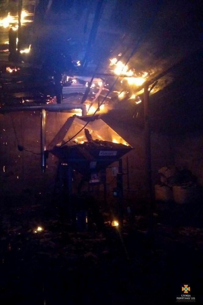 Вогонь дістався аж до даху: на Тернопільщині вночі горів склад з вугіллям (Фото), фото-1