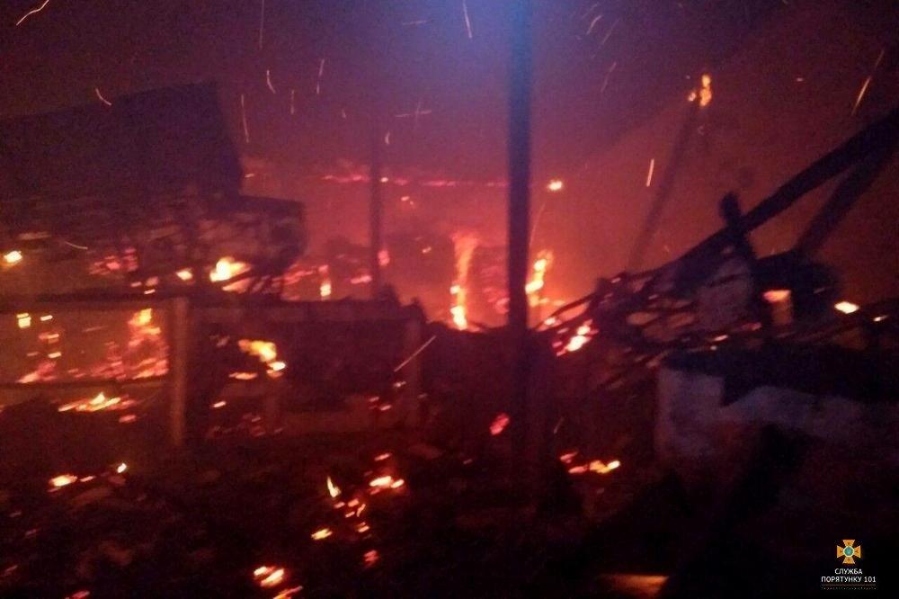 Вогонь дістався аж до даху: на Тернопільщині вночі горів склад з вугіллям (Фото), фото-2