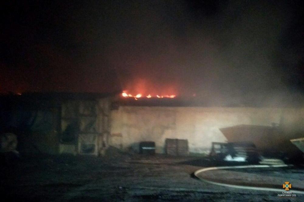 Вогонь дістався аж до даху: на Тернопільщині вночі горів склад з вугіллям (Фото), фото-3