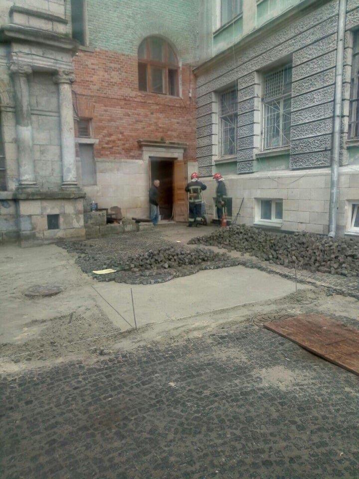 У центрі Тернополя пожежа: загорівся будинок, в якому розміщені управління міськради (ФОТО), фото-3
