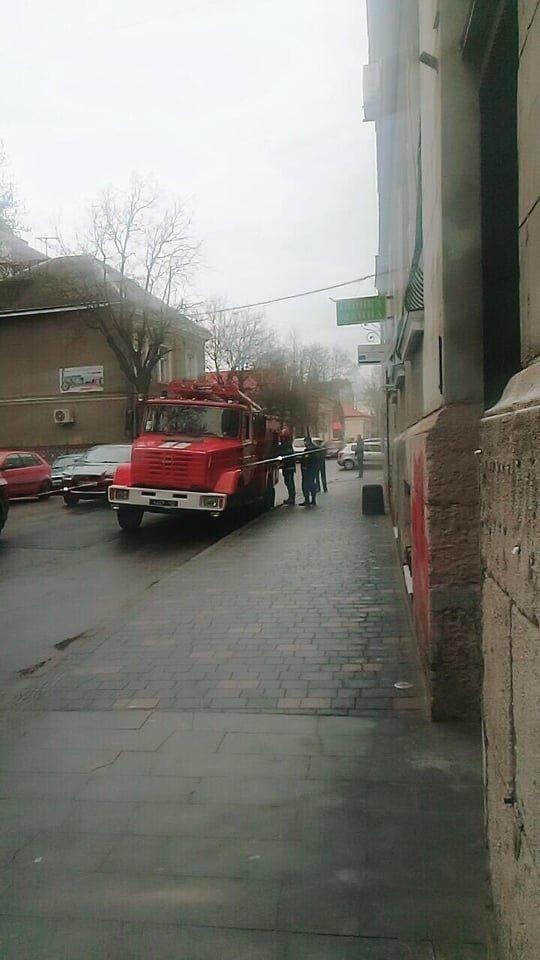 У центрі Тернополя пожежа: загорівся будинок, в якому розміщені управління міськради (ФОТО), фото-1