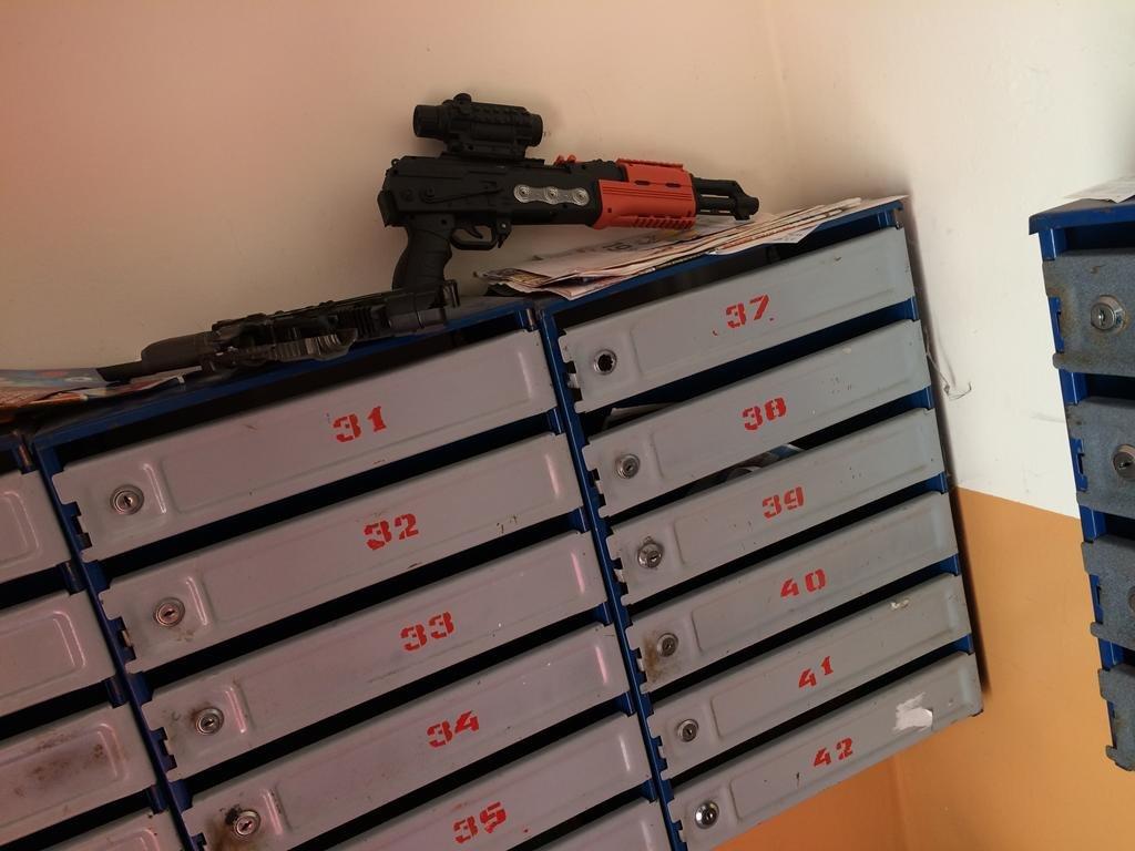 Два автомати на поштовій скриньці перелякали мешканців будинку у Тернополі (ФОТОФАКТ), фото-1