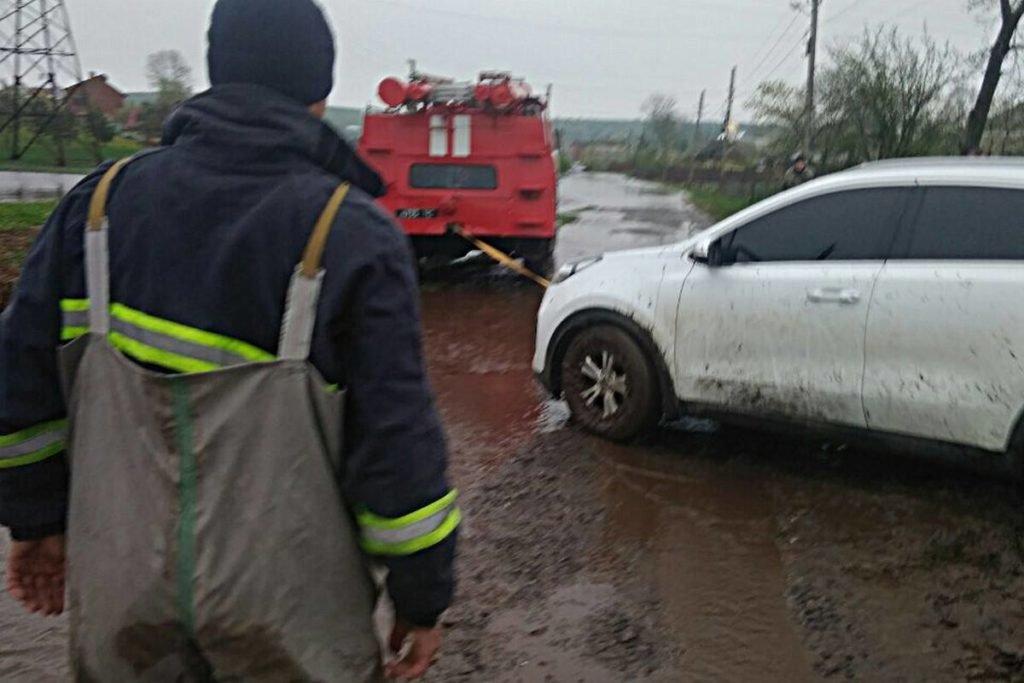 Негода наробила біди на Тернопільщині: затоплені двори, пошкоджений транспорт, евакуація людей (фото, відео), фото-11