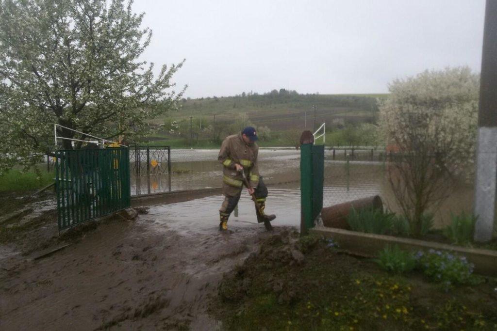 Негода наробила біди на Тернопільщині: затоплені двори, пошкоджений транспорт, евакуація людей (фото, відео), фото-7