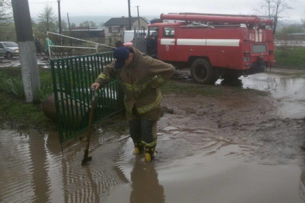 Негода наробила біди на Тернопільщині: затоплені двори, пошкоджений транспорт, евакуація людей (фото, відео), фото-8