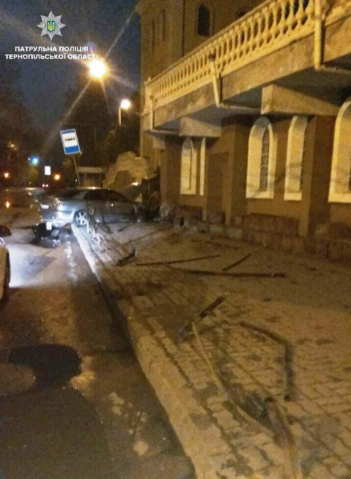 Вночі п'яний водій в'їхав в зупинку в центрі Тернополя (фото), фото-2