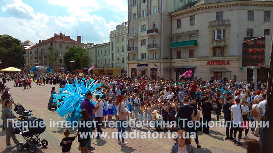 """""""Яскраві костюми та вражаюче шоу"""": в Тернополі відбувся парад учасників танцювального фестивалю (ФОТО+ВІДЕО), фото-2"""
