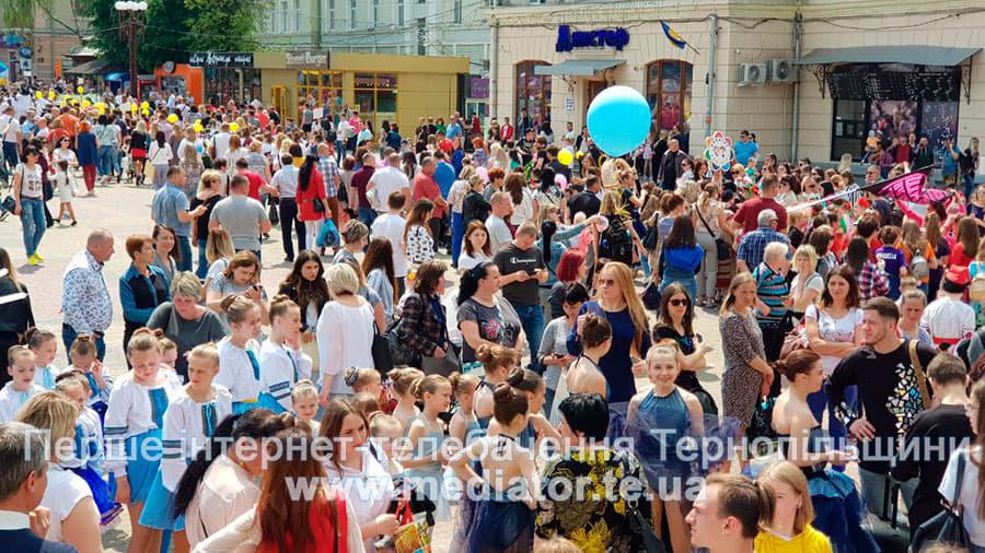 """""""Яскраві костюми та вражаюче шоу"""": в Тернополі відбувся парад учасників танцювального фестивалю (ФОТО+ВІДЕО), фото-3"""