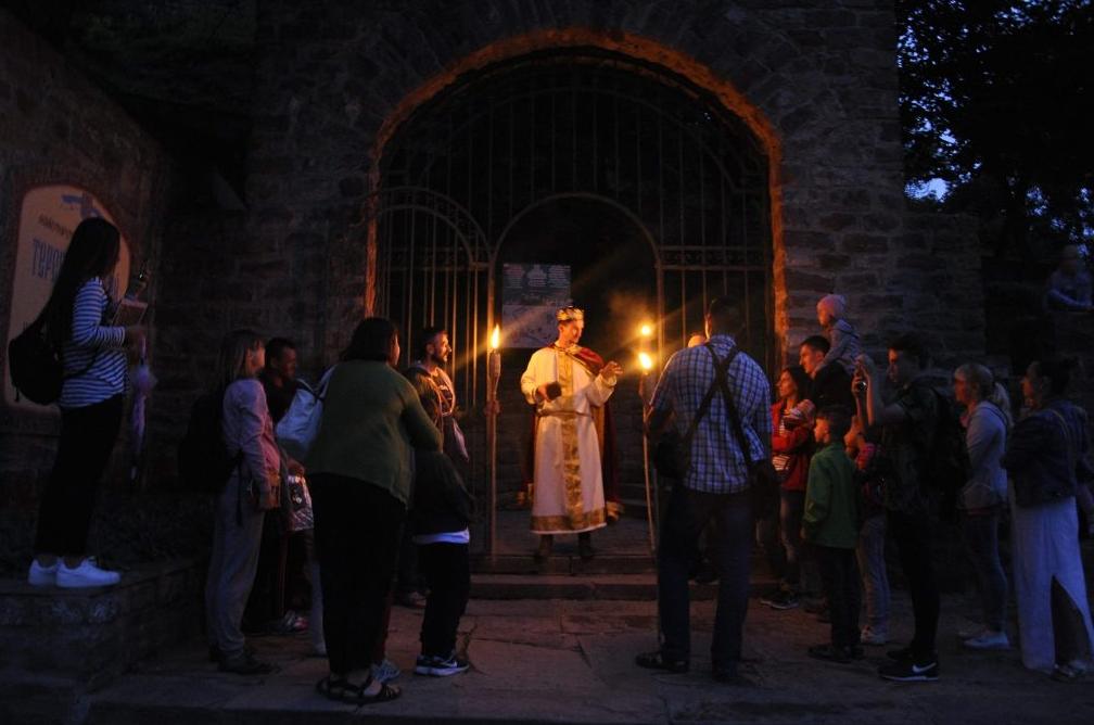 Подорожі нічним містом з факелами та справжнім князем: у містечку на Тернопільщині проводять найатмосферніші екскурсії  (ФОТО, ВІДЕО), фото-1