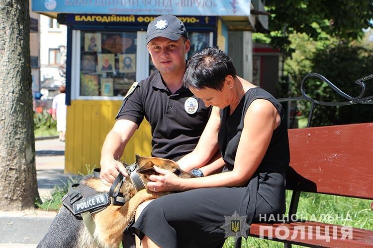 Святкуємо разом: поліцейські Тернопільщини у професійне свято пригощали дітей морозивом та солодощами (ФОТО), фото-4