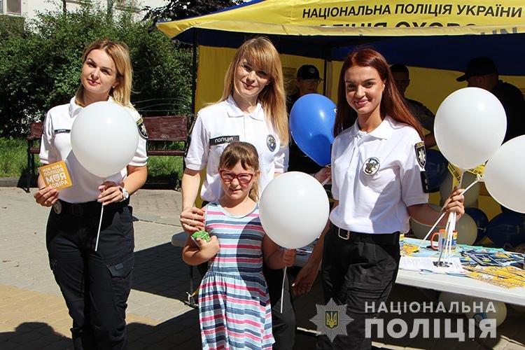 Святкуємо разом: поліцейські Тернопільщини у професійне свято пригощали дітей морозивом та солодощами (ФОТО), фото-7