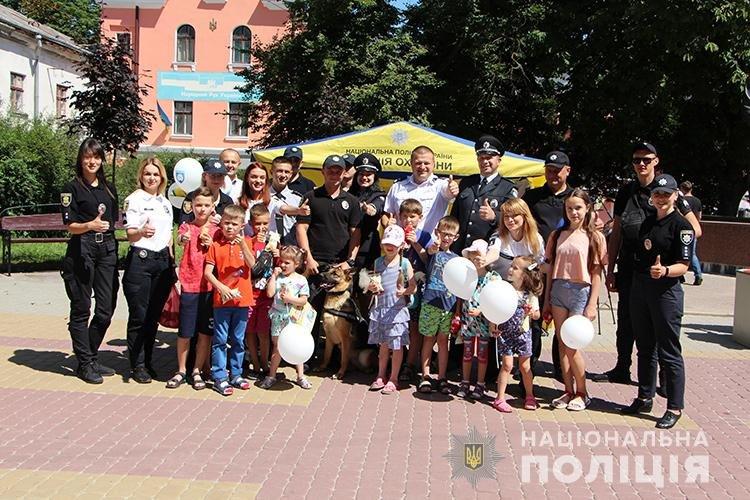 Святкуємо разом: поліцейські Тернопільщини у професійне свято пригощали дітей морозивом та солодощами (ФОТО), фото-1