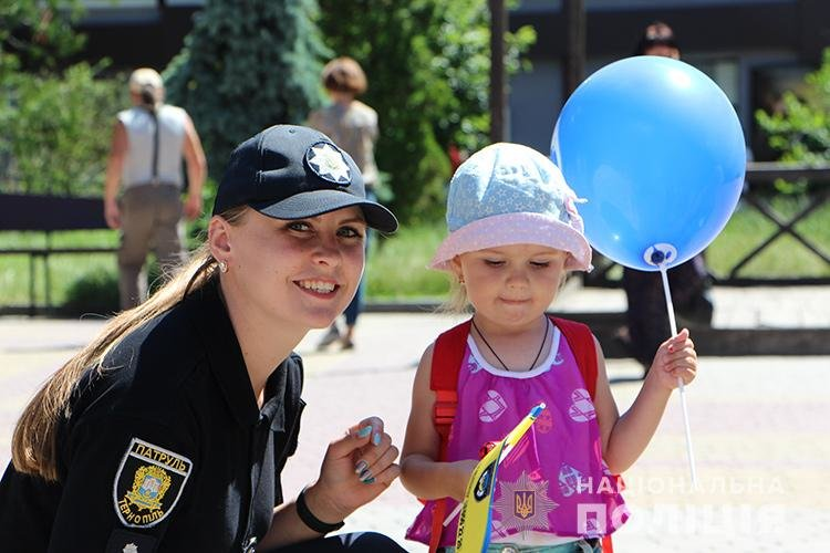 Святкуємо разом: поліцейські Тернопільщини у професійне свято пригощали дітей морозивом та солодощами (ФОТО), фото-3