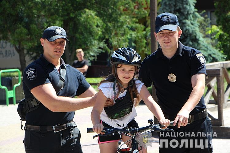 Святкуємо разом: поліцейські Тернопільщини у професійне свято пригощали дітей морозивом та солодощами (ФОТО), фото-6