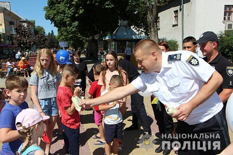Святкуємо разом: поліцейські Тернопільщини у професійне свято пригощали дітей морозивом та солодощами (ФОТО), фото-2