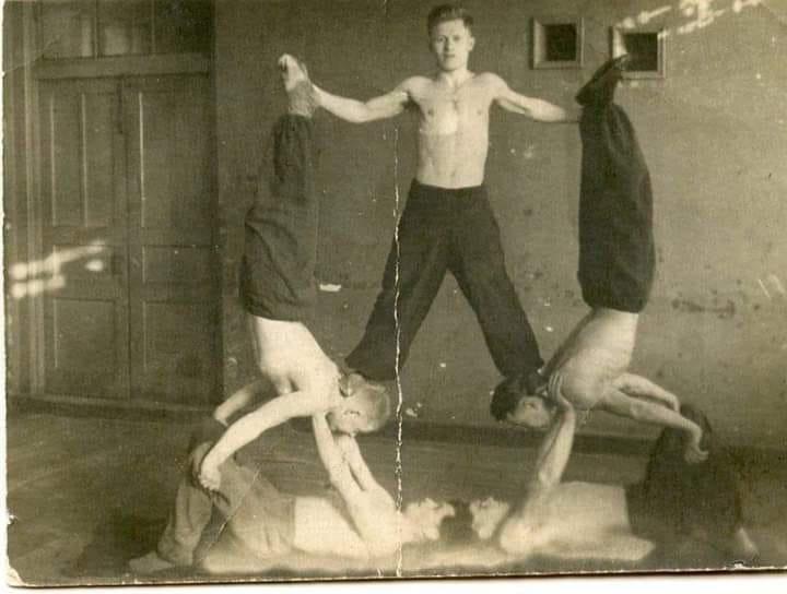 """""""Живий"""" тризуб: у мережі показали фото як радянські військові спортсмени на Тернопільщині  формують тризуб під час занять акробатикою (ФОТО), фото-1"""