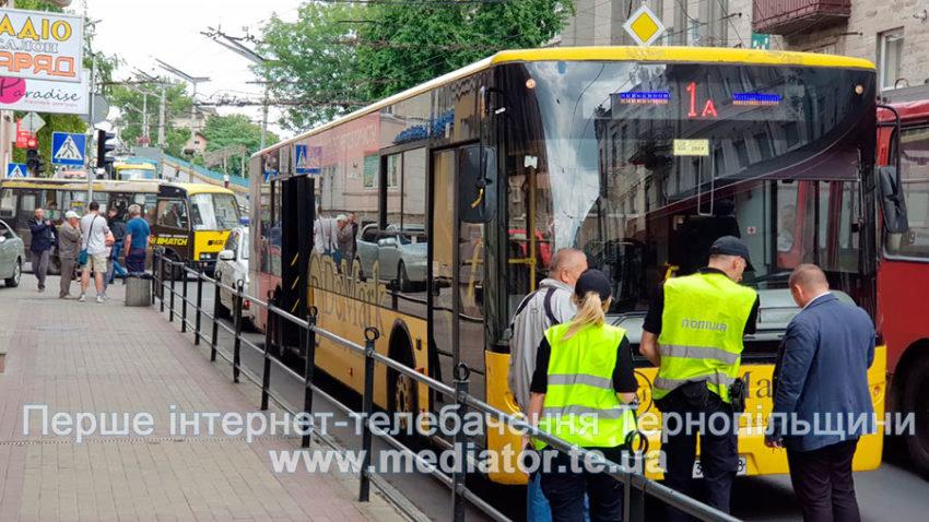 У центрі Тернополя автобус збив пішохода (ФОТОФАКТ), фото-3