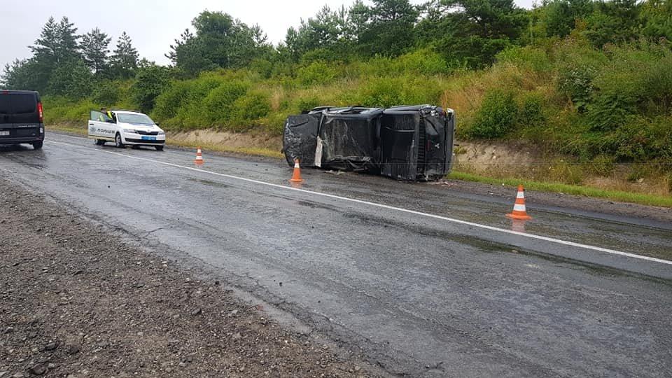 На Тернопільщині водія занесло на слизькій дорозі, авто перекинулось декілька разів (ФОТОФАКТ), фото-1