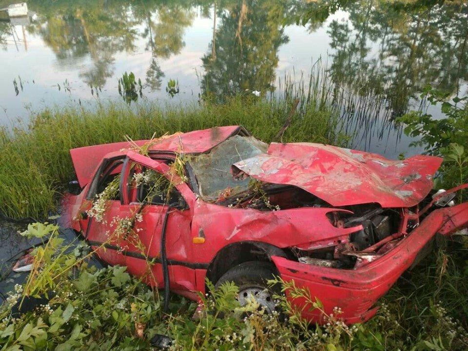 На Тернопільщині трапилась смертельна ДТП: одну 17-річну пасажирку викинуло з авто, дівчина померла (ФОТО), фото-1