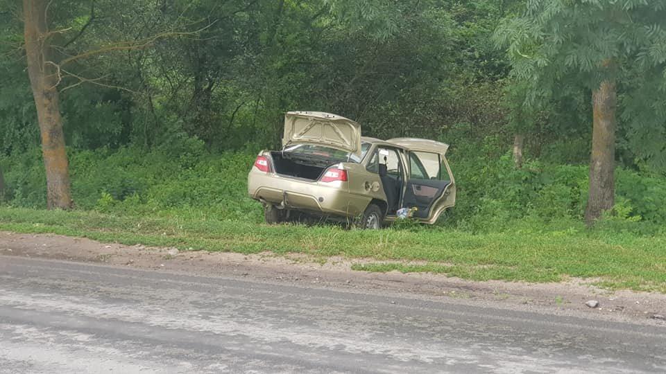 На Тернопільщині Део вилетіла з дороги, автівка вщент потрощена (ФОТО), фото-1