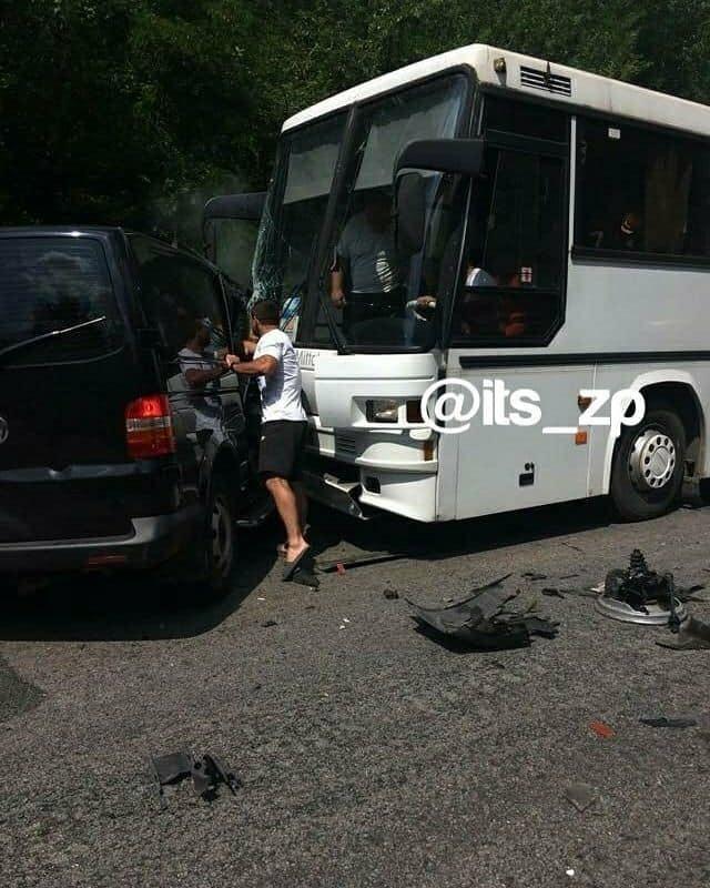 Резонансна ДТП: кортеж президента врізався у колону автобусів з дітьми, один з автобусів – в кюветі (Фото, відео), фото-2