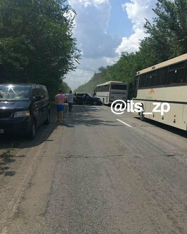 Резонансна ДТП: кортеж президента врізався у колону автобусів з дітьми, один з автобусів – в кюветі (Фото, відео), фото-1