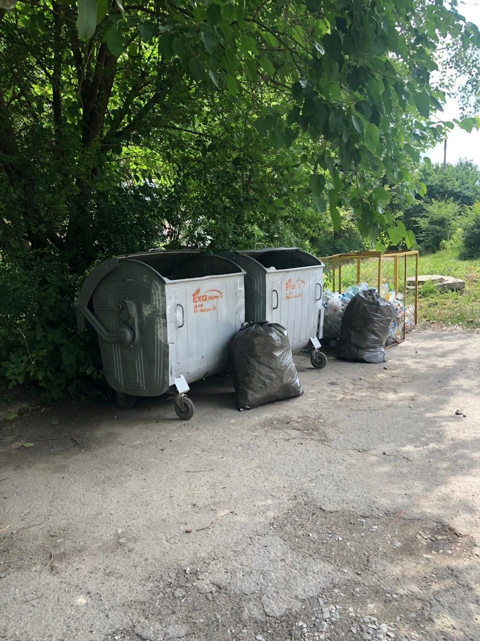 Через сміттєві баки на вулиці Куліша в Тернополі утворюються затори (ФОТОФАКТ), фото-1
