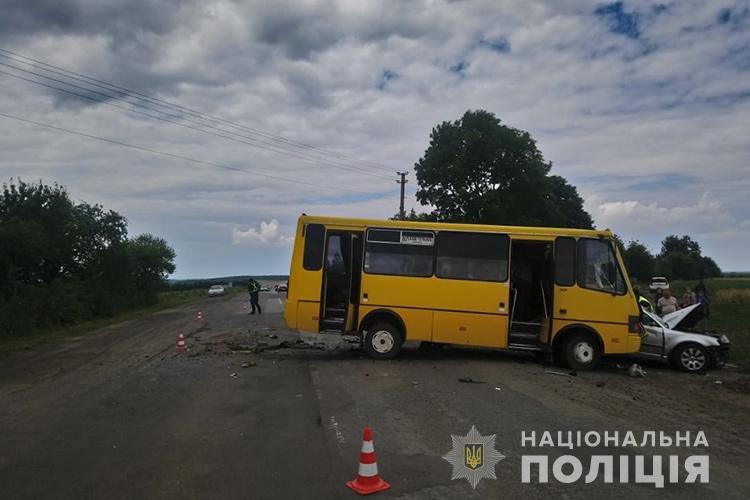 На Тернопільщині зіткнулись автобус та легковик: жінка загинула, дитина та водій у лікарні (ФОТО), фото-1