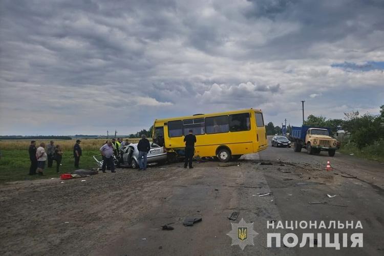 На Тернопільщині зіткнулись автобус та легковик: жінка загинула, дитина та водій у лікарні (ФОТО), фото-2