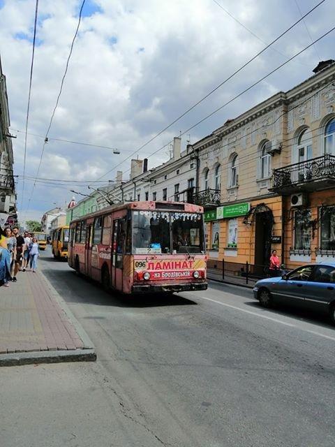 """""""Підлога скоро провалиться"""": тернополяни скаржаться на жахливий стан тролейбуса маршруту №2 (ФОТО), фото-1"""