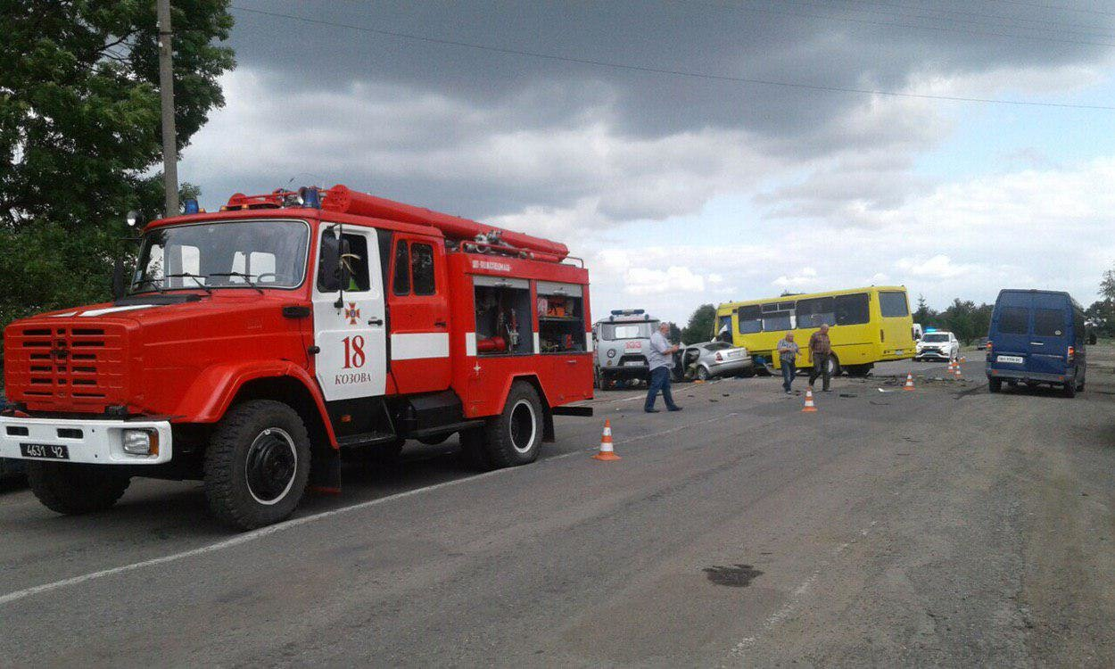 Оприлюднено моторошні фото з вчорашнього зіткнення автобуса Тернопіль-Бережани і легківки, внаслідок якого загинула жінка (Фоторепортаж), фото-1