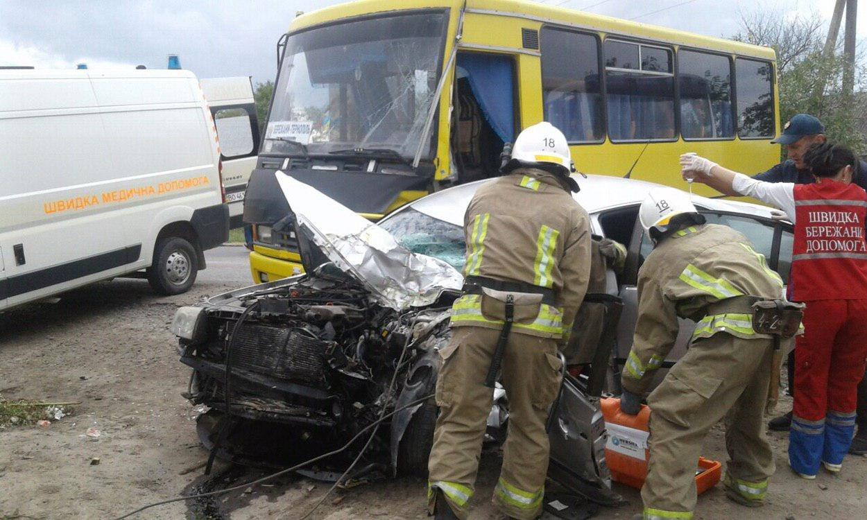 Оприлюднено моторошні фото з вчорашнього зіткнення автобуса Тернопіль-Бережани і легківки, внаслідок якого загинула жінка (Фоторепортаж), фото-2