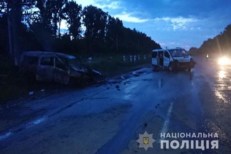 Восьмеро людей отримали травми: на Тернопільщині в результаті зіткнення вщент згорів автомобіль (ФОТО), фото-1