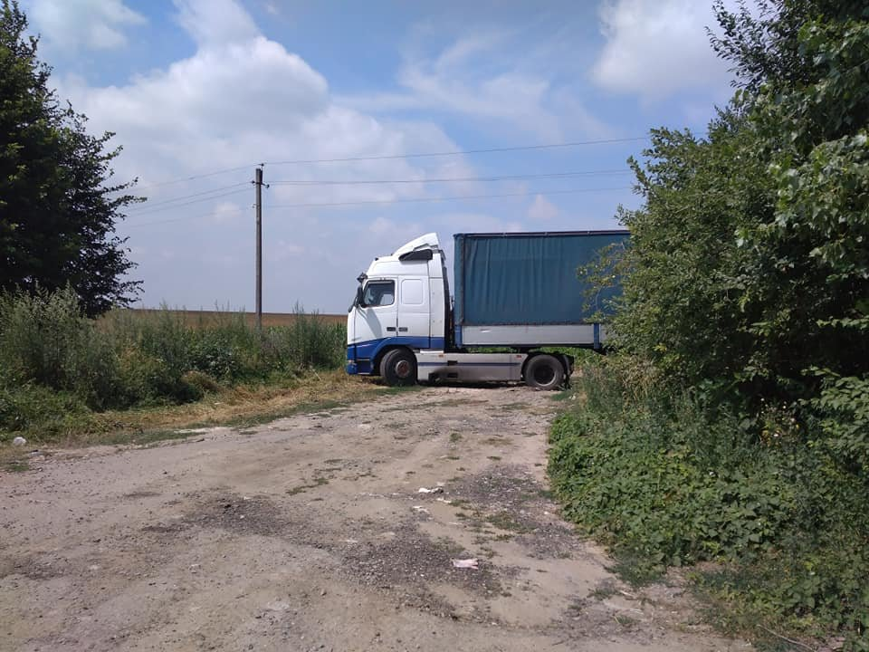 У Тернополі невідомі вивантажили цілу фуру кавунів гнити у полі поблизу міжнародної траси (ФОТО), фото-2