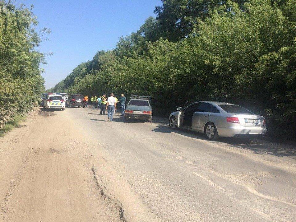 На Тернопільщині люди перекрили дорогу і не пропускають фури: вимагають терміново залатати ями (ФОТО), фото-1