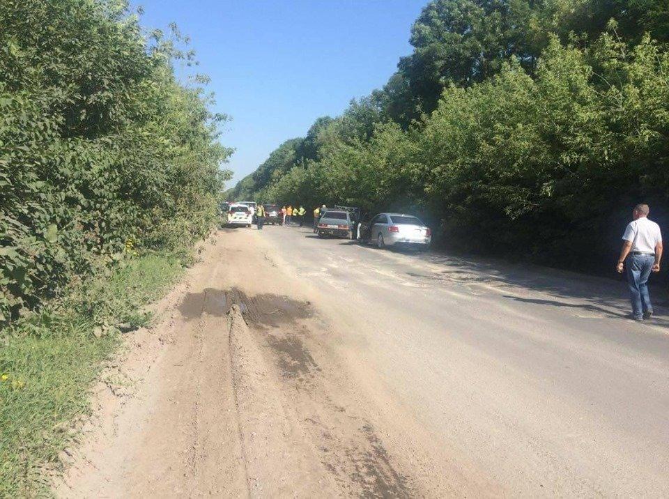 На Тернопільщині люди перекрили дорогу і не пропускають фури: вимагають терміново залатати ями (ФОТО), фото-2