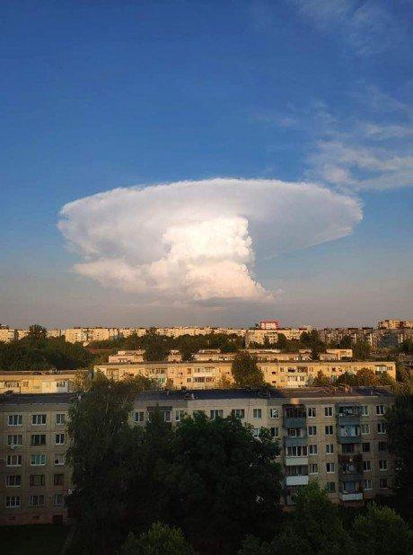 """""""Ядерний гриб"""": у мережі ширяться фотографії моторошної хмари, яка нависла над Тернопільщиною (ФОТОФАКТ), фото-1"""
