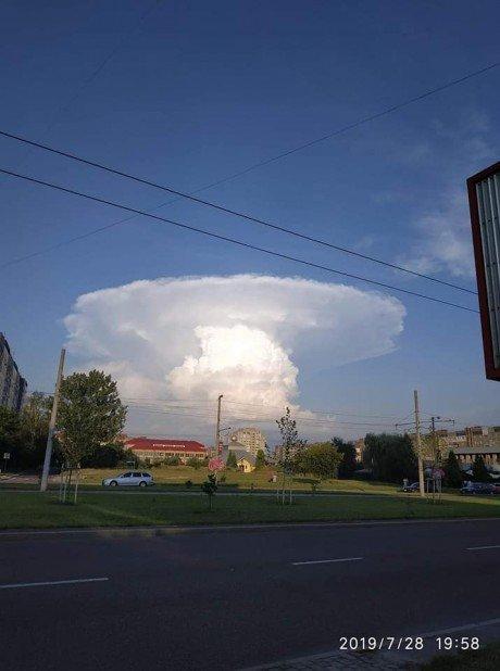 """""""Ядерний гриб"""": у мережі ширяться фотографії моторошної хмари, яка нависла над Тернопільщиною (ФОТОФАКТ), фото-2"""