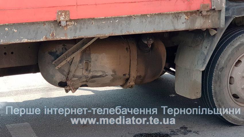 """ДТП у Тернополі: біля """"Обнови"""" зіткнулися """"Ford Focus"""" та вантажівка """"Mercedes"""" (ФОТО), фото-2"""
