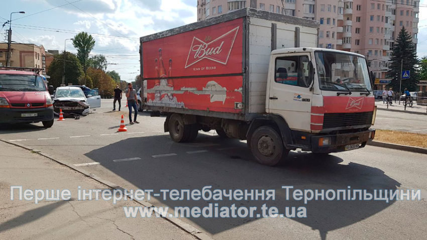 """ДТП у Тернополі: біля """"Обнови"""" зіткнулися """"Ford Focus"""" та вантажівка """"Mercedes"""" (ФОТО), фото-3"""