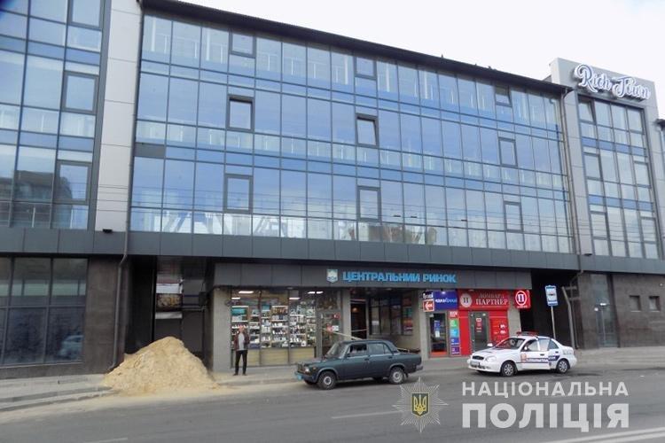 """В Тернополі рецидивіст за 10 хвилин зумів """"обчистити"""" крамницю з мобільними телефонами (ФОТО), фото-4"""