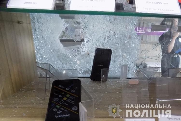 """В Тернополі рецидивіст за 10 хвилин зумів """"обчистити"""" крамницю з мобільними телефонами (ФОТО), фото-3"""
