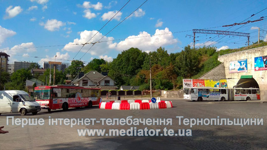 """У Тернополі через """"експериментальне кільце"""" у тролейбусів від контактних ліній від'єднуються """"роги"""" (ФОТО+ВІДЕО), фото-1"""