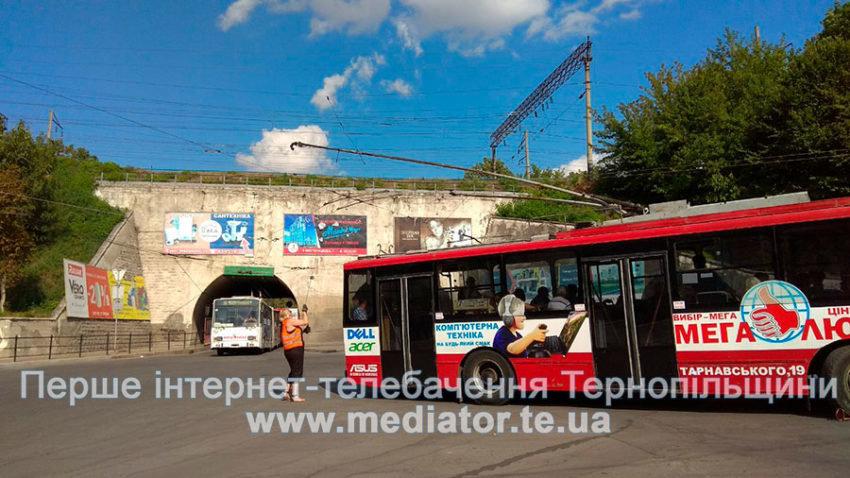 """У Тернополі через """"експериментальне кільце"""" у тролейбусів від контактних ліній від'єднуються """"роги"""" (ФОТО+ВІДЕО), фото-2"""