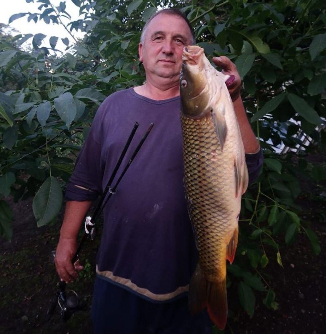 """""""Вага рибалки і коропа майже однакова"""": на Тернопільщині чоловік зловив гігантську рибину (ФОТОФАКТ), фото-1"""