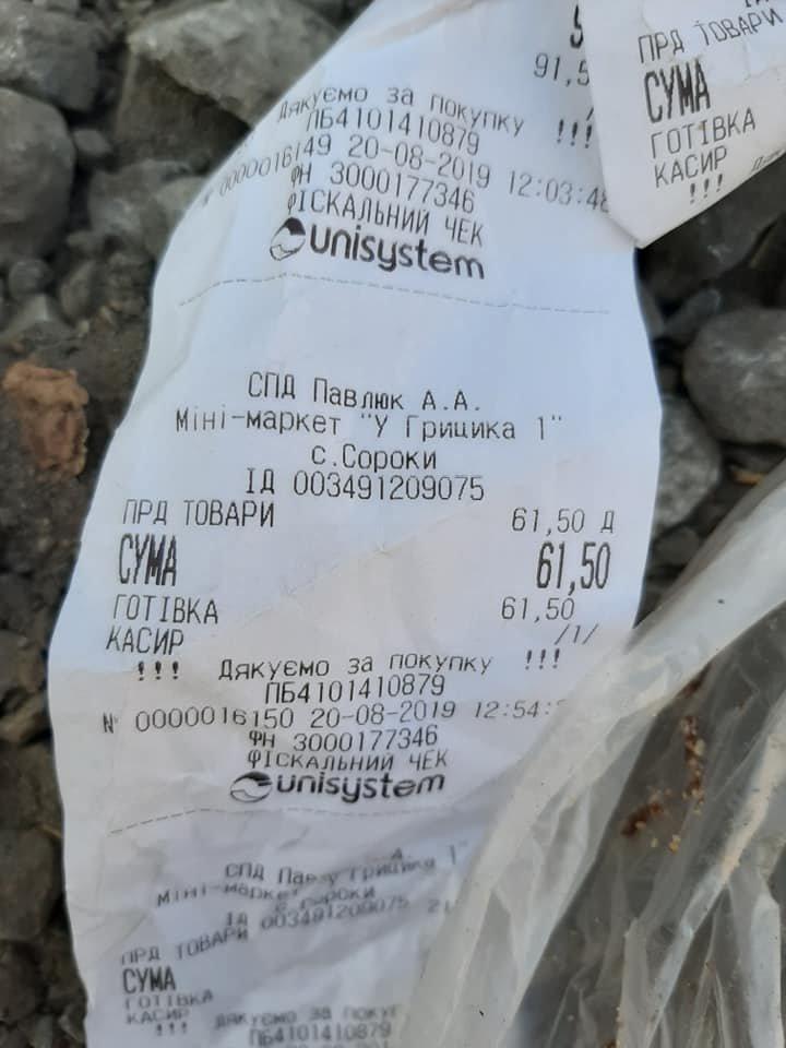 Мешканка Тернопільщини не може виїхати із власного гаража через купи  чужого сміття (ФОТОФАКТ), фото-1