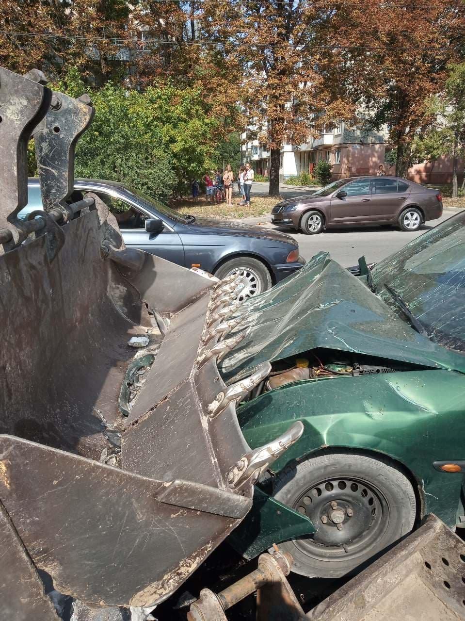 """ДТП у Тернополі: легковик на """"єврономерах"""" врізався у ківш екскаватора (ФОТО), фото-1"""